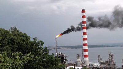 VIDEO Novi ispad Rafinerije Urinj – Mještane zabrinuo i naljutio gusti crni dim i vatra koja je sukljala iz baklji