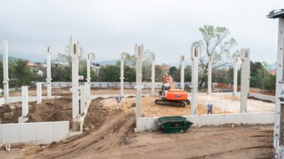 VIDEO Radovi na rekonstrukciji i dogradnji zgrade OŠ Jelenje – Dražice i izgradnji školske sportske dvorane teku po planu – Rok dovršetka radova početkom 2021. godine