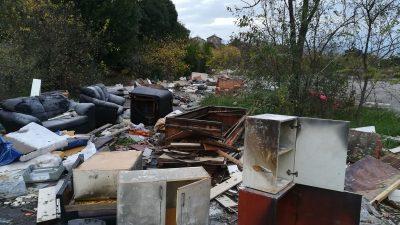 Divlji deponij umjesto reciklažnog dvorišta – Slijepa ulica na Krnjevu postala smetlište za krupni otpad