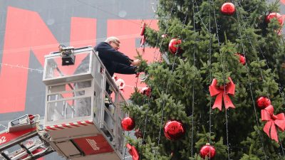 Kuglice dobrih želja i ove će godine ukrasiti bor na Korzu