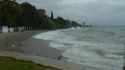 """FOTO/VIDEO Snažno jugo donijelo """"podivljale"""" valove, obilna kiša potopila Kvarner"""