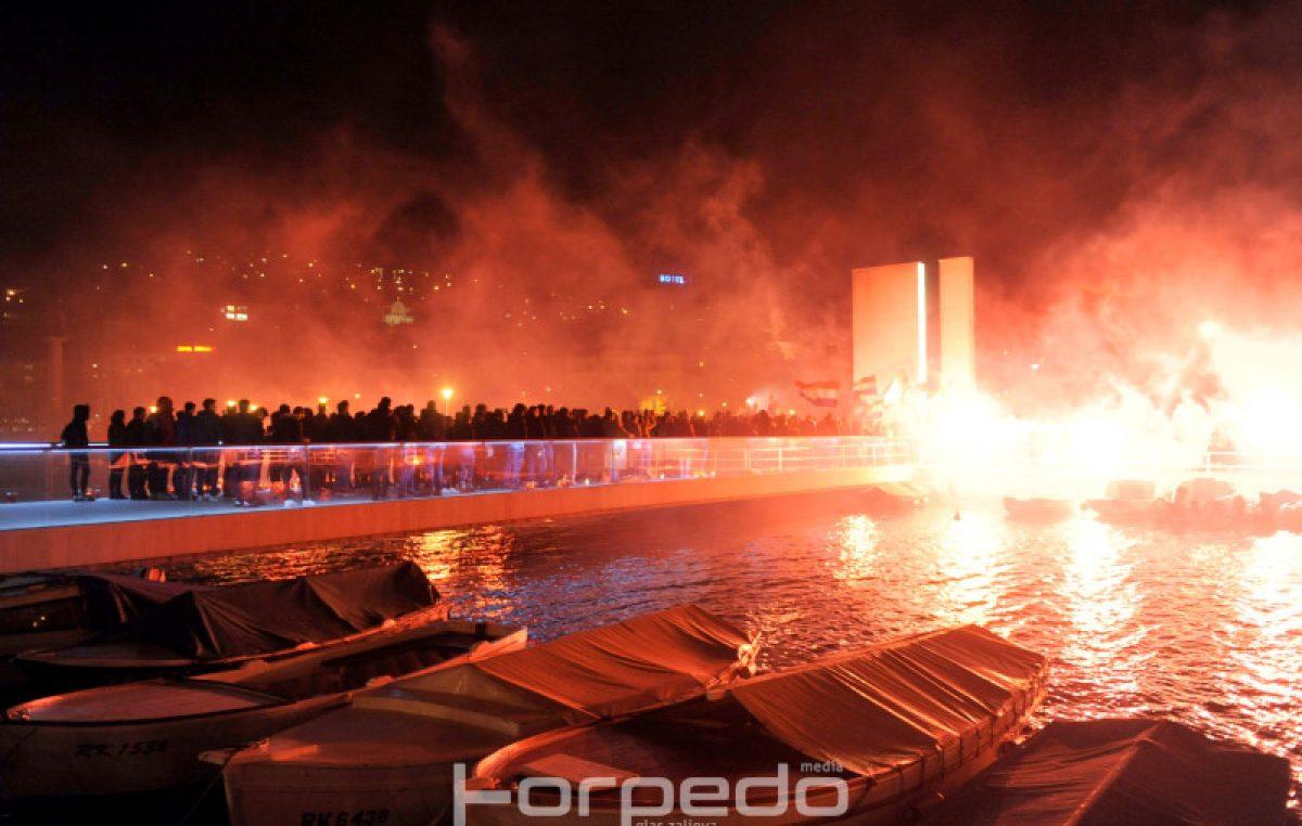 FOTO/VIDEO Rijeka je odala počast gradu heroju: Bakljama, povorkom i molitvom u sjećanje na Vukovar