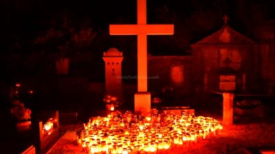 Stotine lumina obasjale groblja na blagdan Svih svetih