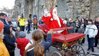 Advent u Kastvu – Baka i Djed Mraz razveselili brojne mališane na Crekvini