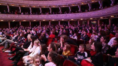 U OKU KAMERE Dječji novogodišnji koncert oduševio brojne mališane u gledalištu 'Zajca'