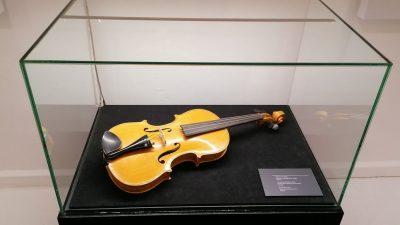 Dvije Kresnikove violine, stare više od 100 godina opet će zasvirati ovoga petka u Guvernerovoj palači