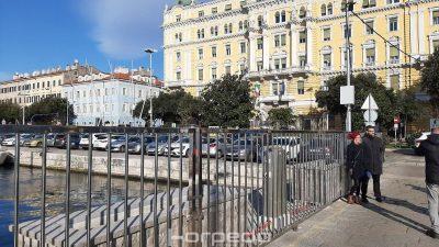 Građani neugodno iznenađeni 'barikadama' na obali: 'Ograde ostaju dok se obala ne oslobodi od automobila'