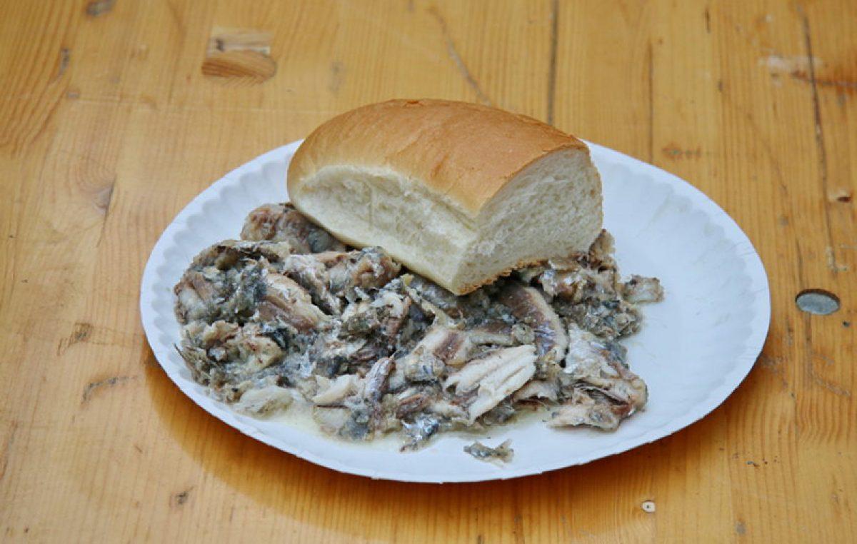 Danas je fešta od ribe na Korzu: Za Badnjak se dijeli po tri tisuće porcija friganih ribica i bakalara na gulaš