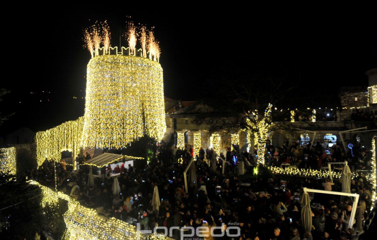 FOTO/VIDEO Fantastična večer na Trsatu: Raskošna rasvjeta pretvorila povijesno zdanje u najljepšu zimsku bajku