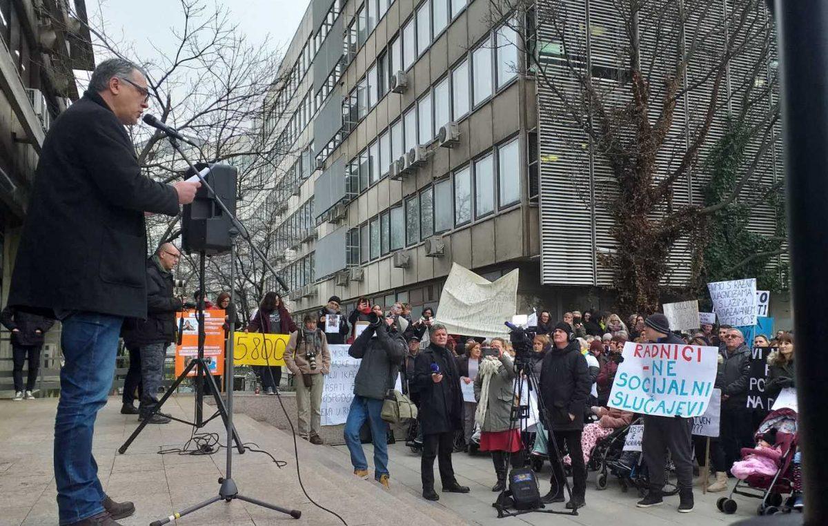 FOTO Mi smo radnici, a ne socijalni slučajevi – Roditelji njegovatelji održali prosvjed ispred Ministarstva