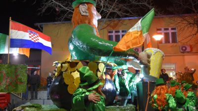 VIDEO/FOTO Održan 21. Halubajski karneval: Noćno izdanje okupilo brojne maškare i ljubitelje karnevala
