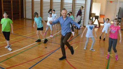 """Riječki osnovnoškolci uče prve plesne korake u sklopu projekta """"Rijeka pleše"""""""