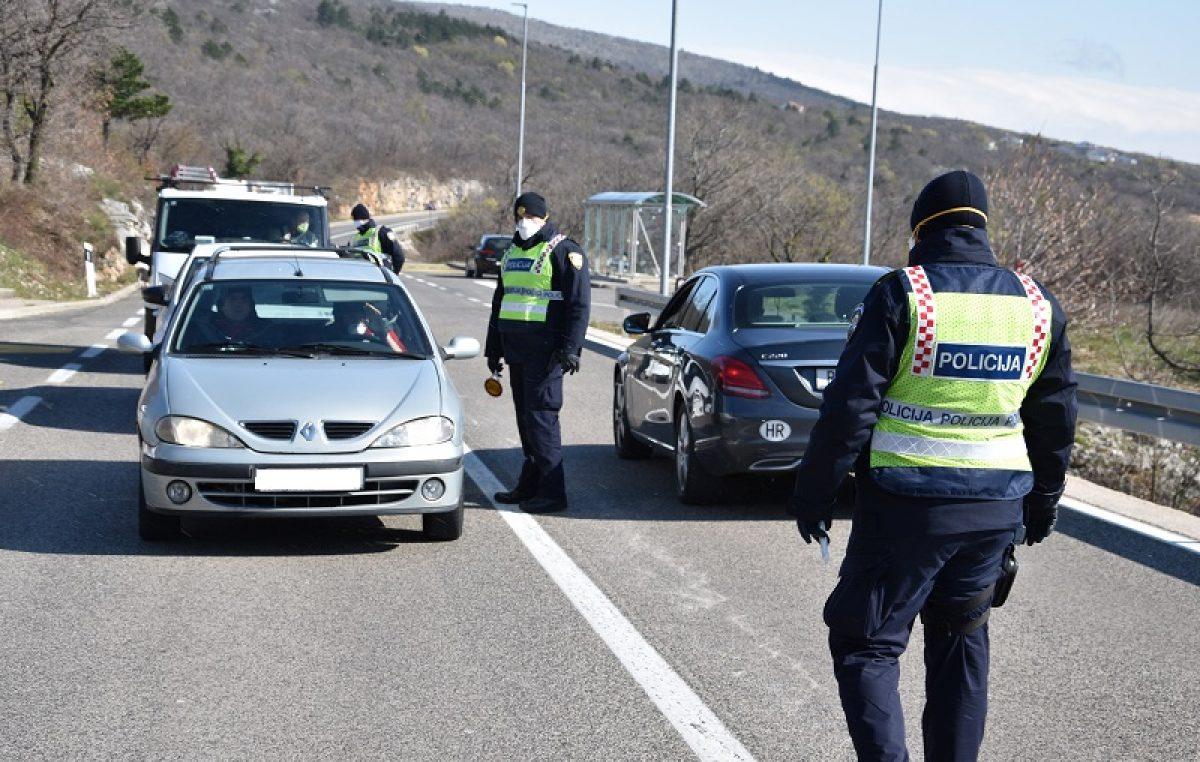 Nedaće zbližavaju: Ljudi nose policajcima na punkt hranu, čaj, kavu…
