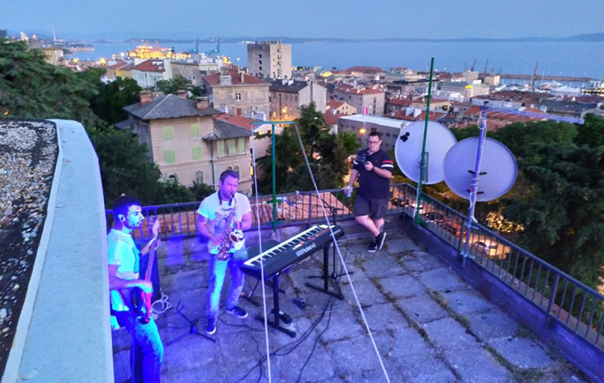 Muzika s krovova i sutra donosi večernju zabavu na Kozali: Opuštanje uz Mamalu akustični bend
