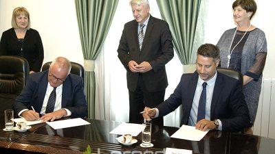 PGŽ nastavlja ulagati u pomorsku infrastrukturu – Potpisani ugovori za uređenje ribarske luke Pumpurela u Rabu