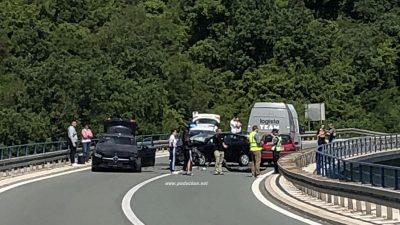 FOTO Teška prometna nesreća zatvorila tunelsku cestu: Na vijaduktu se sudarila četiri automobila