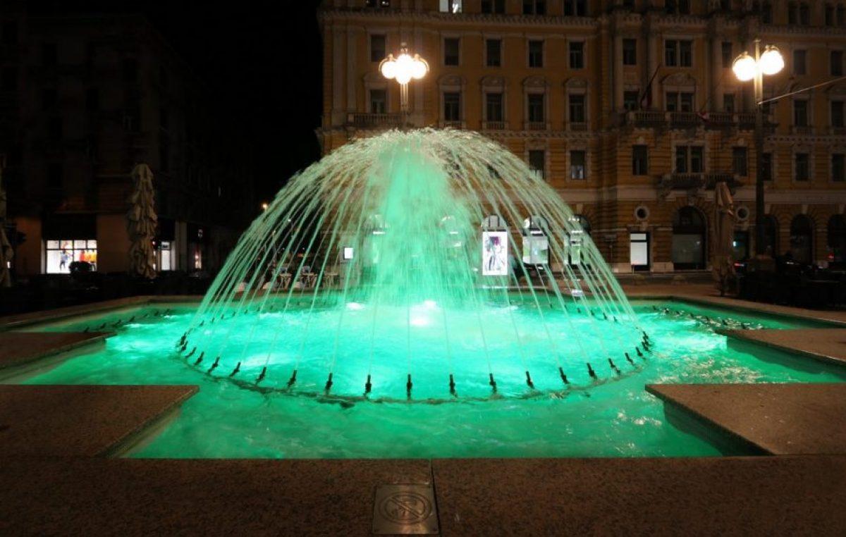 Fontane na Jadranskom trgu zasvijetlile zelenom bojom zbog rijetke bolesti nepoznatog uzroka