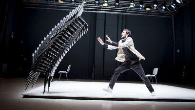 VIDEO Port of Dance – Ples Viktora Černickýa s 22 konferencijske stolice u petak u Guvernerovoj palači