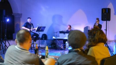 U OKU KAMERE Program Kastafskog kulturnog leta nastavljen nastupom grupe 'In Between'