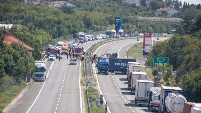 FOTO Tri prometne nesreće danas paralizirale promet u gradu i na zaobilaznici: Najteže prevrtanje cisterne na Cerniku