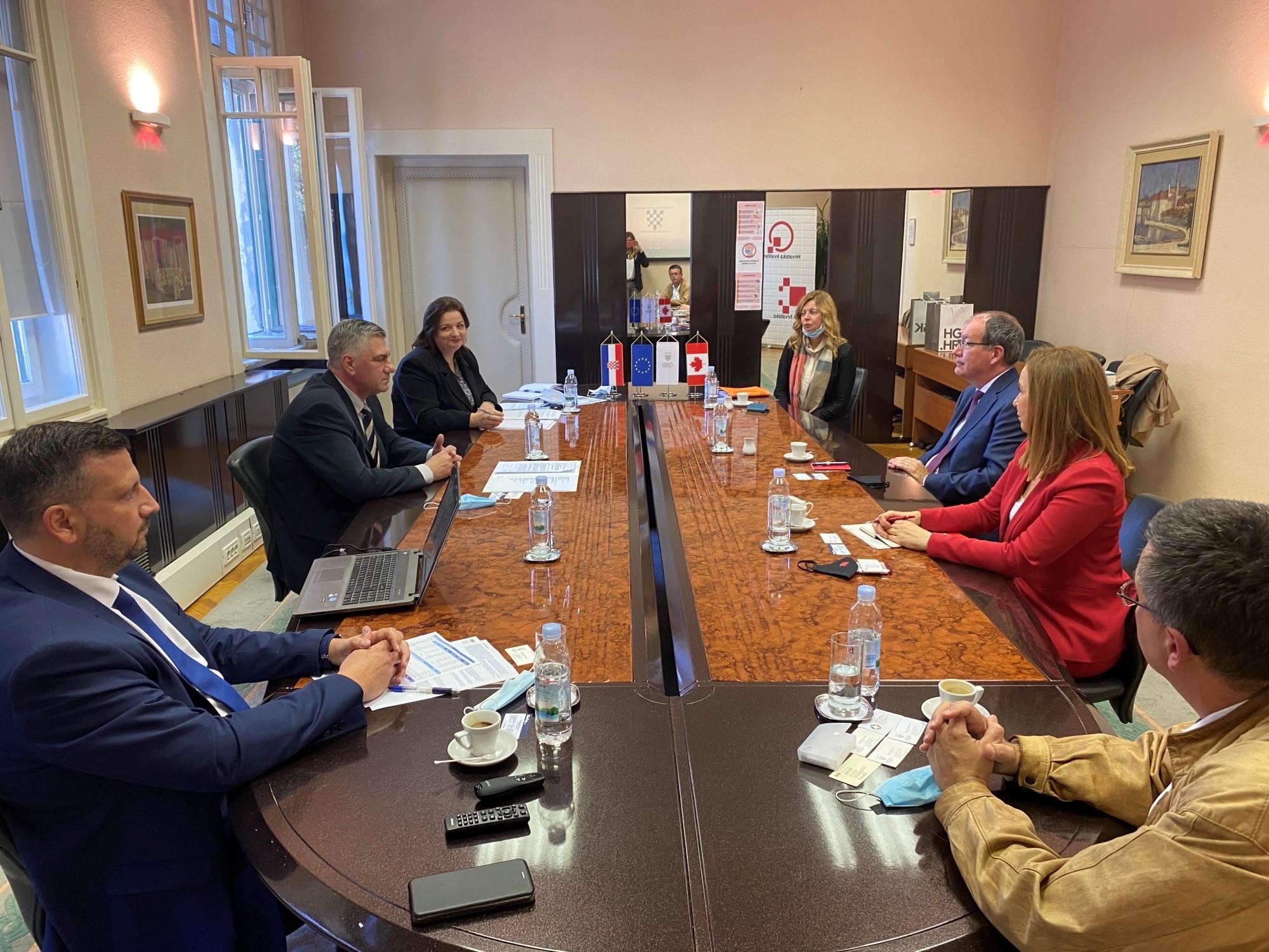 VELEPOSLANIK BOWMAN U GOSPODARSKOJ KOMORI Otvorene su brojne mogućnosti za suradnju Hrvatske i Kanade