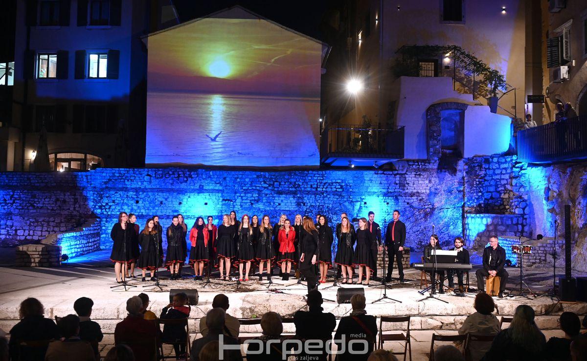 Pjevački zbor Josip Kaplan ispunio Trg Principij prekrasnim pjesmama