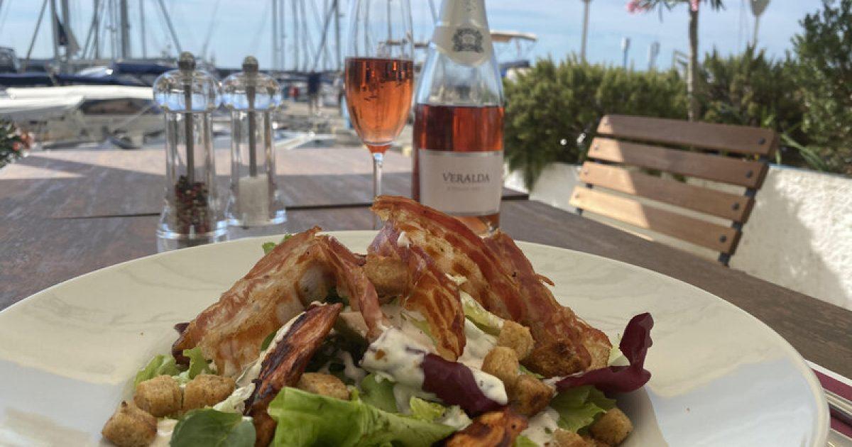 Novo ruho poznate gastro priče: Bistro Pizzeria Bussola u Marini Ičići oduševljava ambijentom i specijalitetima