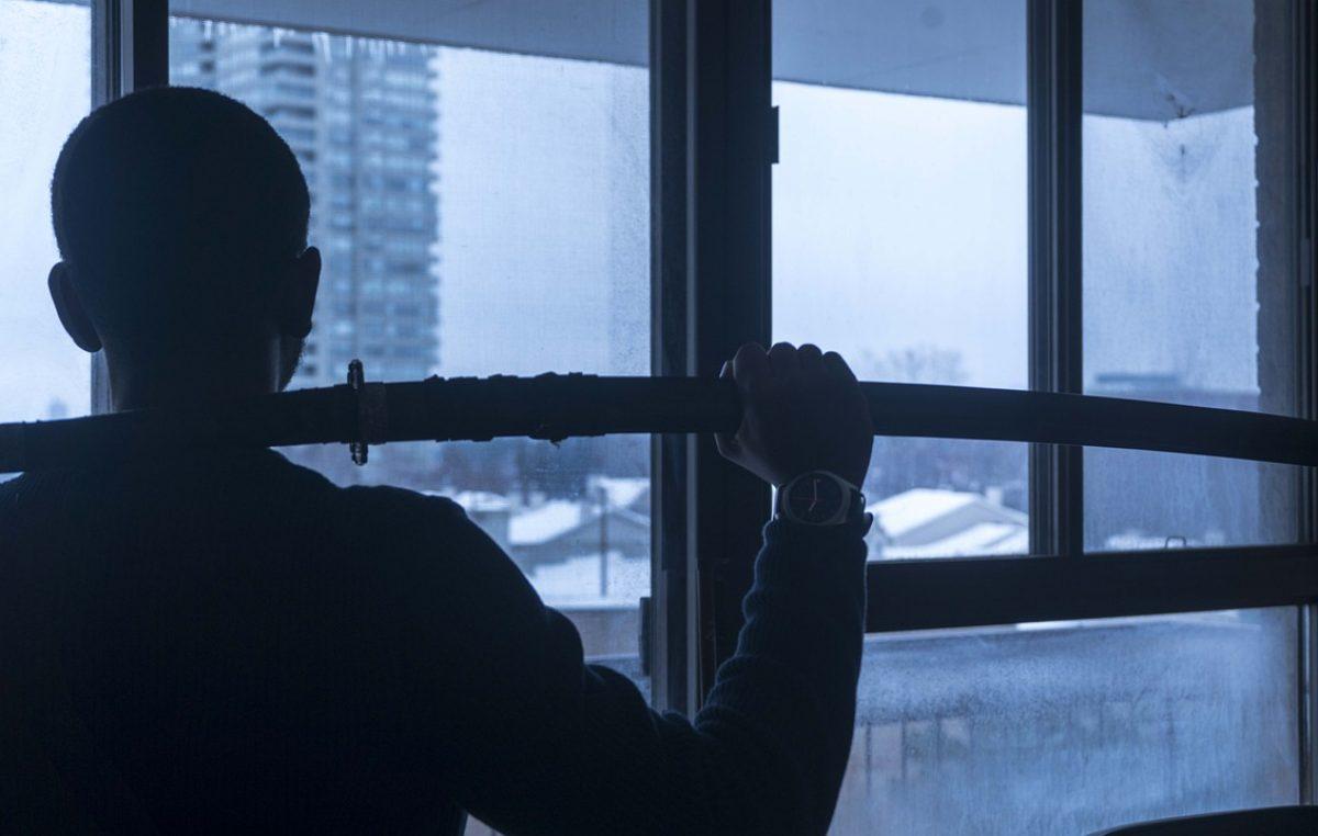 Tužitelji traže istražni zatvor za mladića koji je oca pretukao i zarezao sabljom po vratu