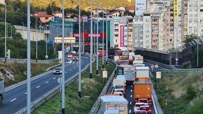 Zbog prometne između čvorova Škurinje i Orehovica stvaraju se strašne gužve