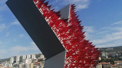 FOTO Na Riječki neboder postavljena crvena petokraka Nemanje Cvijanovića – 'Spomenik crvenoj Rijeci'