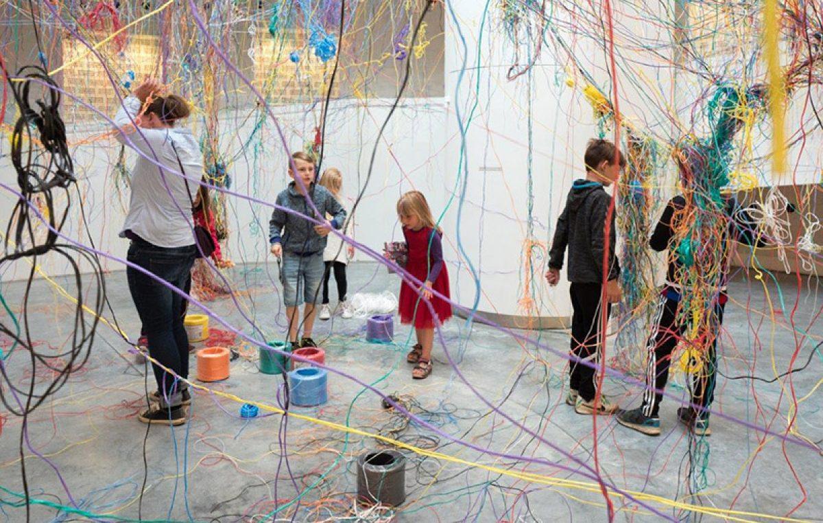 U sklopu izložbe 51000 Balthazargrad danska će umjetnica Karoline H. Larsen uz pomoć posjetitelja izložbe stvarati instalaciju Collective strings