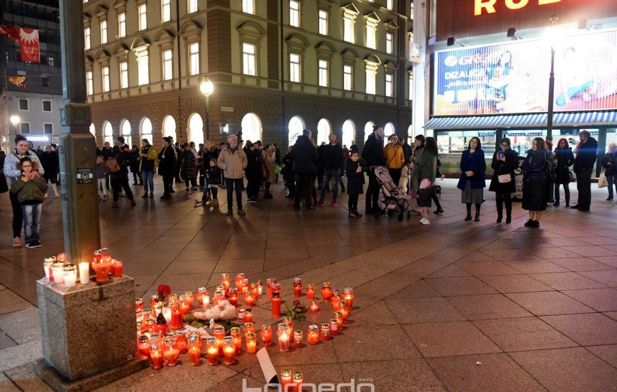 [VIDEO/FOTO] Riječani na Korzu odaju počast Đorđu Balaševiću pjesmom i paljenjem svijeća
