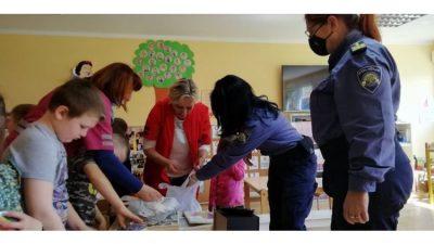 Policijska uprava Primorsko-goranska vrtićarima u Hrvatskoj Kostajnici darovala opremu i igračke