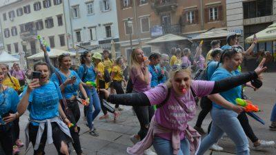 Baklje, dim i veselje: Maturanti na Korzu slave izlazak iz školskih klupa
