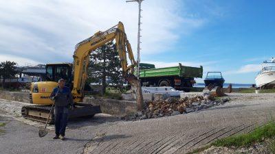 Nastavljaju se radovi na uređenju platoa u lučici Podurinj u Kostreni