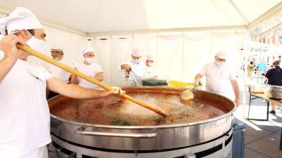 [FOTO] Gastrofešta na Korzu: podijeljeno 1500 porcija lignji na mornarski i štrudle od trešanja