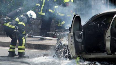 [VIDEO/FOTO] Plamena stihija zahvatila automobil u vožnji, vatrogasci promptno ugasili požar