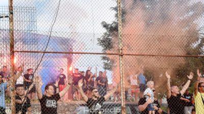 [U OKU KAMERE] Navijačka atmosfera na treningu – Armada pjesmom i bakljadom podržala nogometaše Rijeke