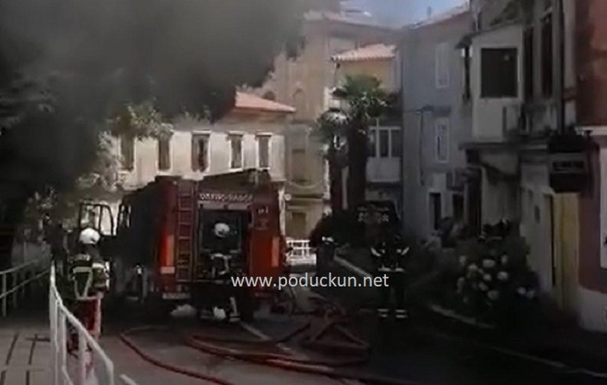 [VIDEO] Epilog današnjeg požara u Lovranu – Zbog opasnosti od urušavanja nakon gašenja vatrene stihije svi stanari moraju u privremeni smještaj