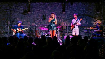 Pod zvijezdanim nebom, Natali Dizdar je mnogobrojnu publiku počastila svojim hitovima
