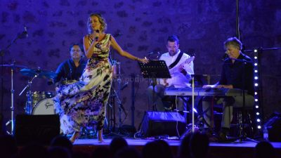 [VIDEO/FOTO] Karin Kuljanić sjajnim koncertom na Crekvini proslavila 25 godina svoje pjevačke karijere