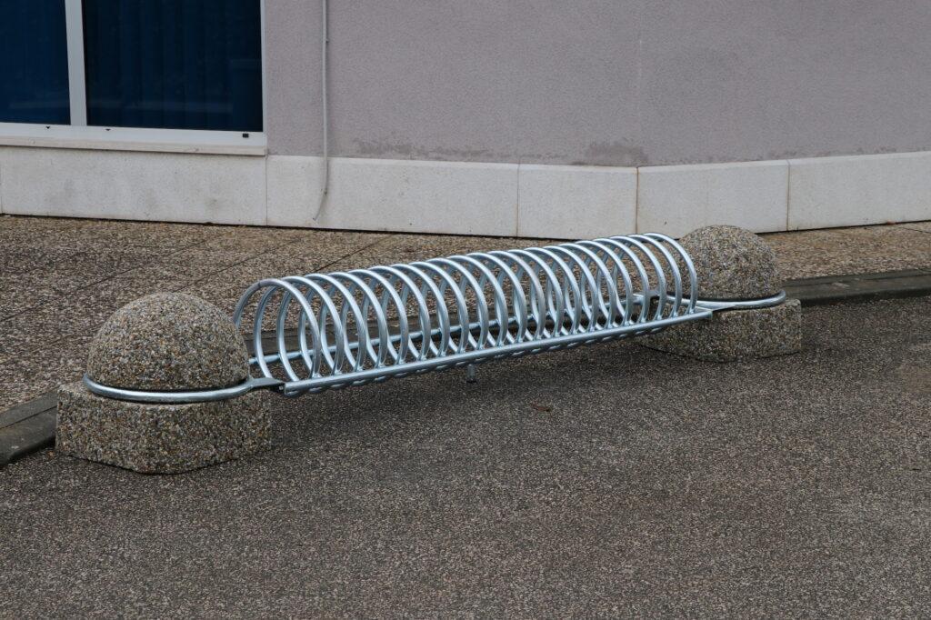 Kod Sportske dvorane u Kostreni postavljena dva nova stalka za bicikle