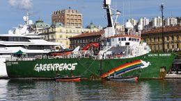 "[U OKU KAMERE] Greenpeaceov brod usidren u Rijeci: ""Plinskom biznisu profit, Jadranu otpad!"""