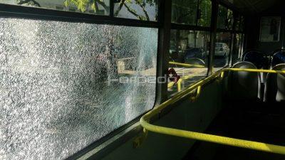 [VIDEO/FOTO] Divljaci razbili školski autobus po povratku iz Bakra